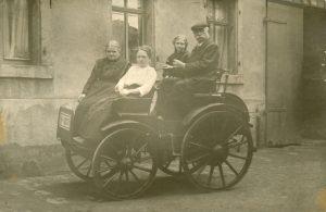 Louis Tuchscherer mit seinem ersten Wagen. Quelle: Schlossbergmuseum Chemnitz
