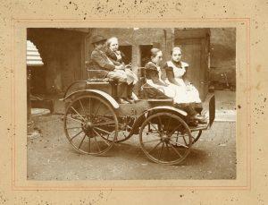 Louis Tuchscherer - Kutsche ohne Pferde - sein Auto. Bilder zu Louis Tuchscher. Undatierte Aufnahme. Quelle: Schlossbergmuseum Chemnitz