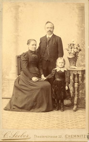 Louis Tuchscherer mit seiner zweiten Frau und seiner ersten Tochter. Quelle: Schlossbergmuseum Chemnitz