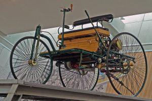 """Nachbau Benz–Patent–Motorwagen Nr. 1 von 1886 in der Sonderausstellung """"125 Jahre Automobil"""" des August Horch Museums Zwickau"""